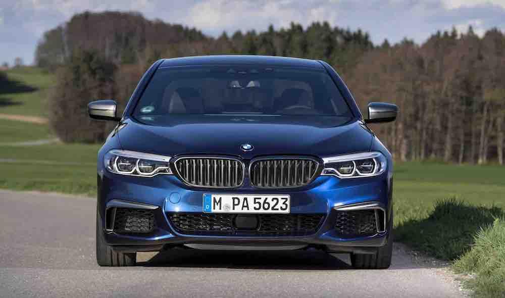 2021 BMW M550i xDrive Sedan 06 frente