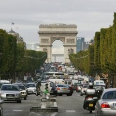 paris-automobile-sur-l-avenue-des-champs-elysees-a-paris